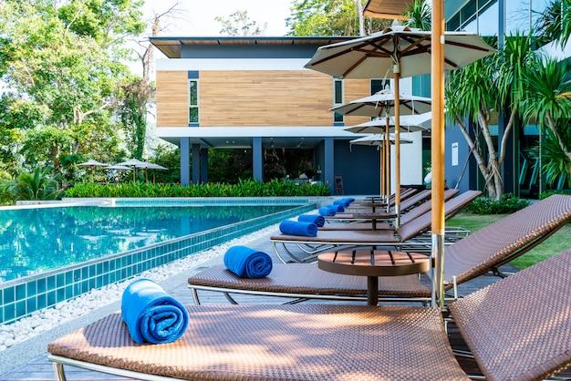 Handtuch pool auf dem bett um schwimmbad im hotel resort