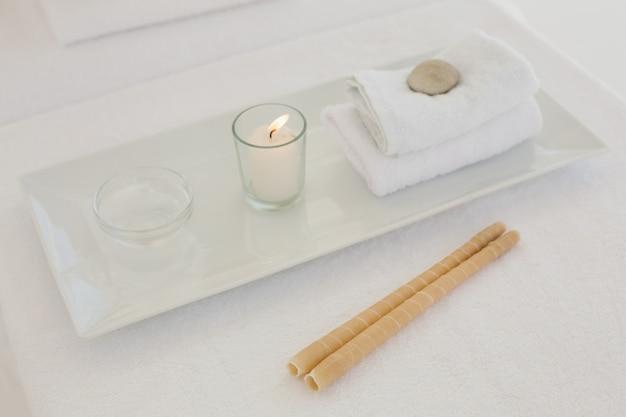 Handtuch und andere spa-objekte