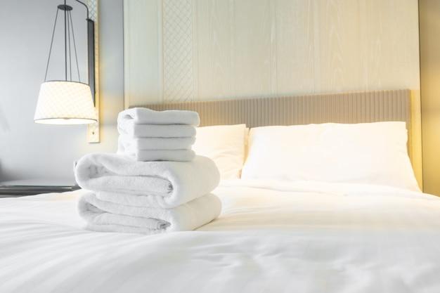 Handtuchdusche auf dem bett