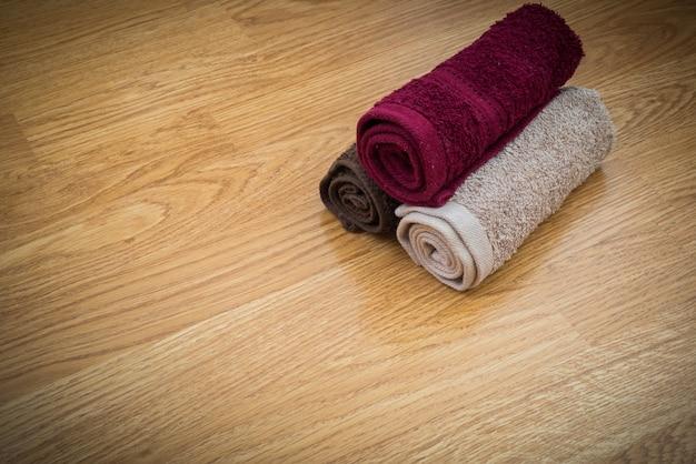 Handtücher auf holztisch