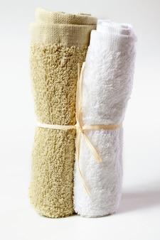 Handtücher für gesicht lokalisiert auf weißem hintergrund