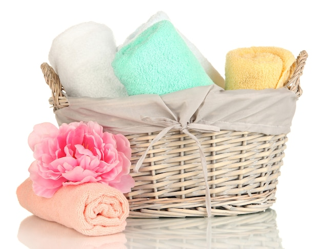 Handtücher im weidenkorb gefaltet, isoliert auf weiss