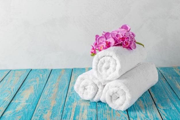 Handtücher mit orchideenblüte