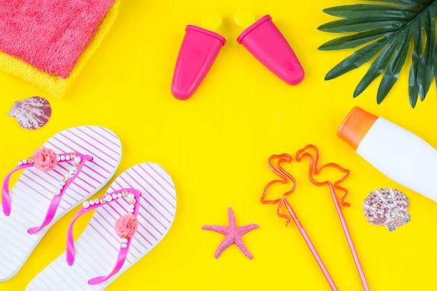 Handtücher, palmblätter, sonnenschutzcreme, flip flops, flamingos, eis, muscheln und seesterne