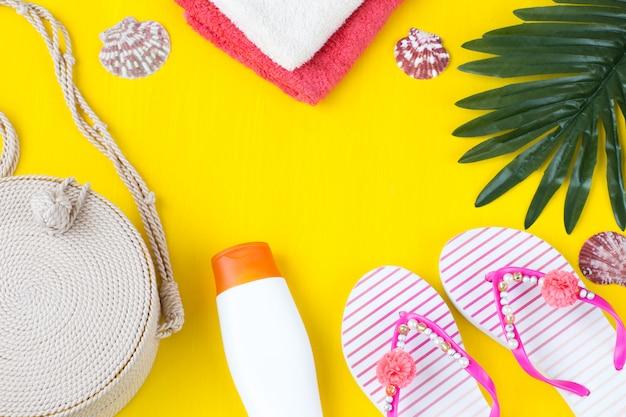 Handtücher, palmblatt, sonnenschutzcreme, tasche, muscheln und hausschuhe
