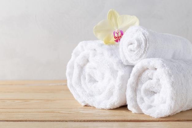 Handtücher rollen mit blume