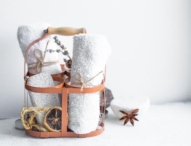 Handtücher und seife im korb reinigen