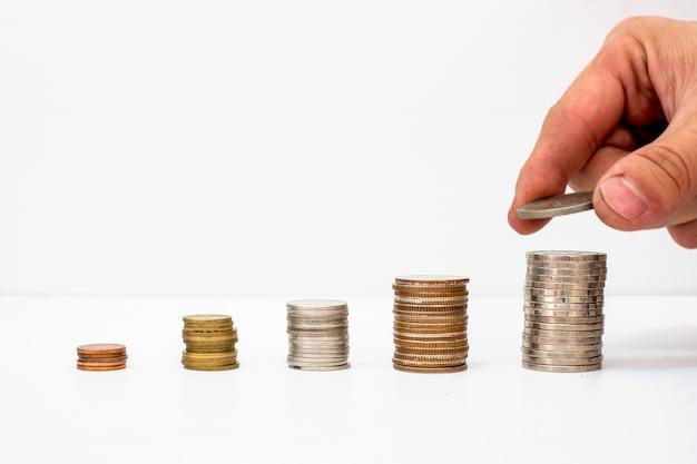 Handverlesene münzen setzen auf den haufen münzen mit wertsteigerung