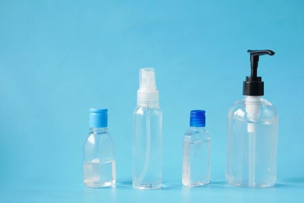 Handwaschflüssigkeit in einem behälter auf blauem hintergrund