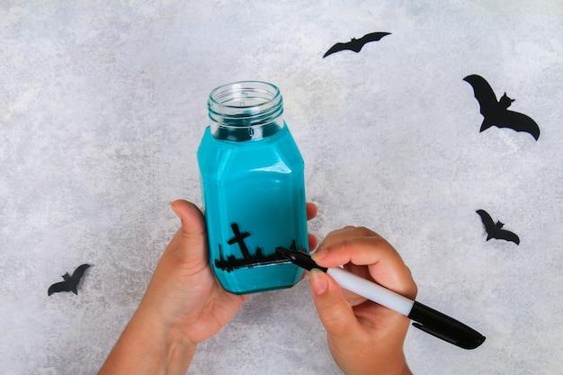 Handwerk aus einem glas. fledermäuse auf einem leuchttisch. das konzept für halloween. diy.