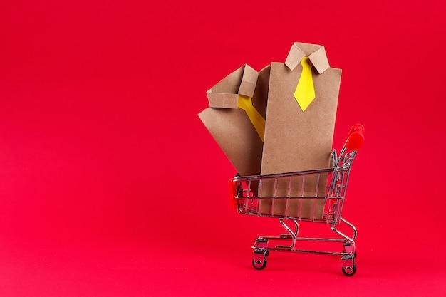 Handwerk verpackt geschenke für den vatertag in form eines hemdes und einer krawatte, ein geschenk für den vatertag