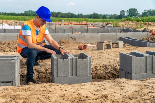 Handwerker beim bau des fundaments des gebäudes. speicherplatz kopieren