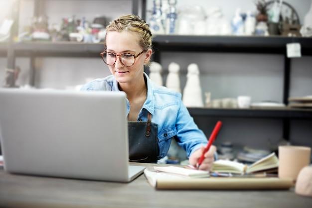 Handwerker browsing laptop connection technologie-konzept