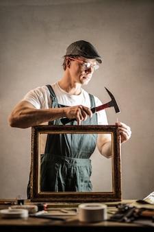 Handwerker, der einen rahmen repariert