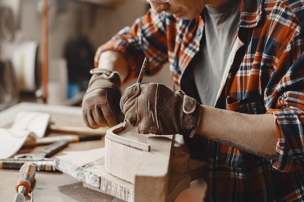 Handwerker, der holzstück schafft