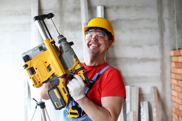 Handwerker, der mit freude arbeitet