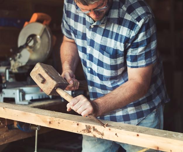 Handwerker, der mit holz arbeitet