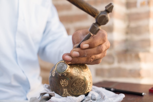 Handwerker-gravurmuster auf dem krug. meister zentralasiens. manuelle kupferprägung