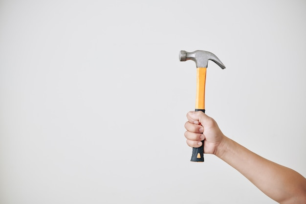 Handwerker hält hammer