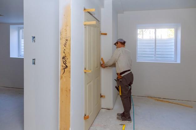 Handwerker installieren die neue zwillingstür im raum