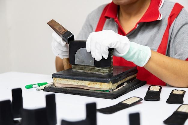 Handwerker machen ledertasche