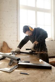Handwerker macht sein neues projekt in der werkstatt
