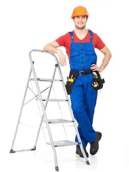 Handwerker mit werkzeugen mit treppen, volles porträt auf weiß
