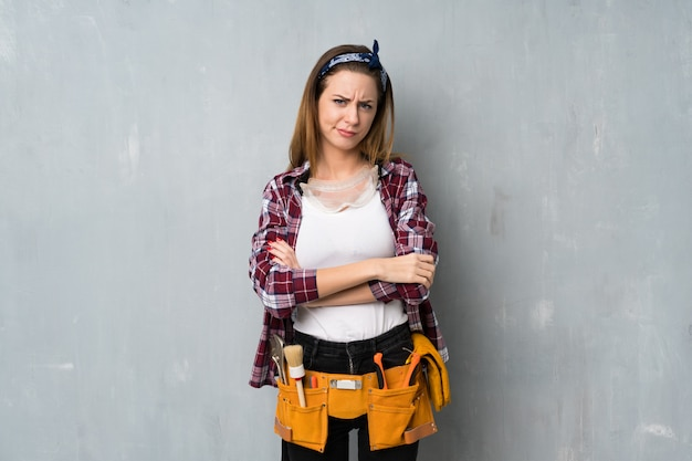 Handwerker oder elektrikerfrau, die verärgert sich fühlt