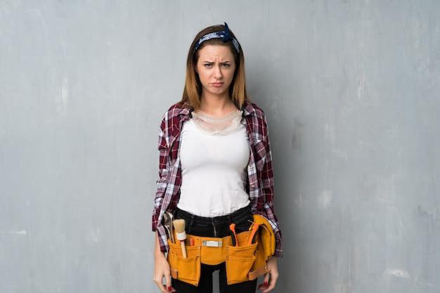 Handwerker oder elektrikerfrau mit traurigem und deprimiertem ausdruck
