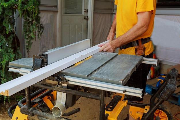 Handwerker schneiden picture frame moulding kreissäge
