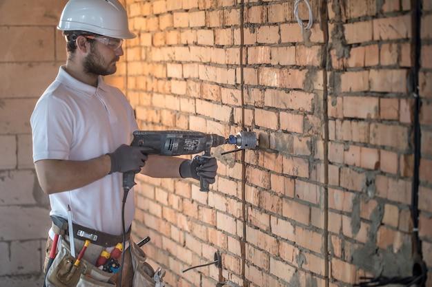 Handwerker verwendet presslufthammer für die installation