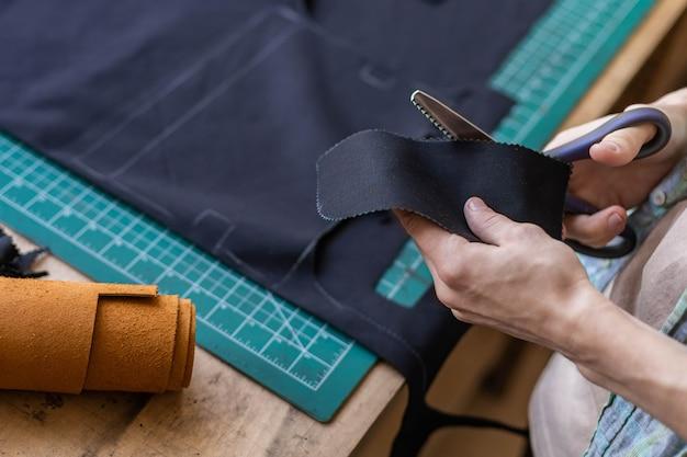 Handwerker-zeichnungsschema-futter für tasche auf gewebe, das lederarbeiten in der studio-lederwerkstatt herstellt
