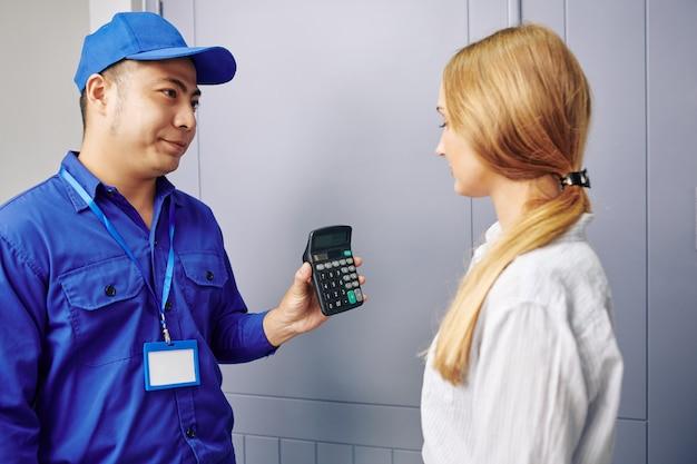 Handwerker zeigt kundenrechner