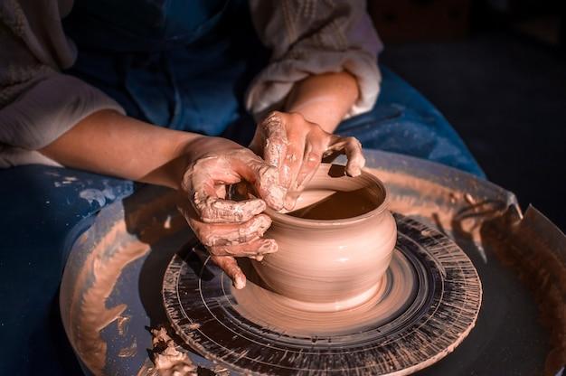 Handwerkermeister, der keramikkeramik auf rad macht