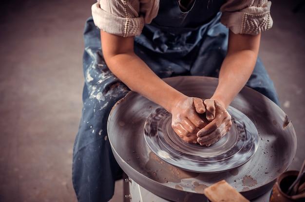 Handwerkermeister, der mit keramik in der keramikwerkstatt arbeitet