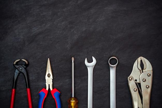 Handwerkerwerkzeug auf schwarzem zement