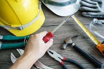 Handwerkerwerkzeug, für Mannarbeitskraft. Schraubendreher in der Hand