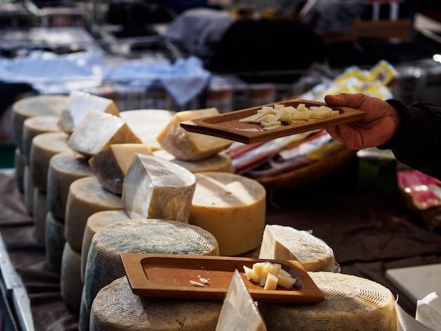 Handwerkliche käseproduktion in italien