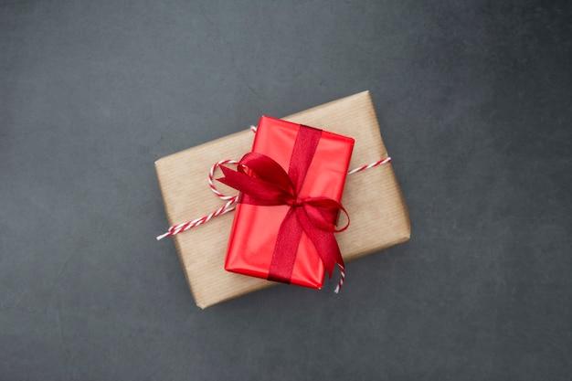 Handwerksgeschenkboxen über dunklem hintergrund. weihnachtsspott oben mit exemplarplatz.