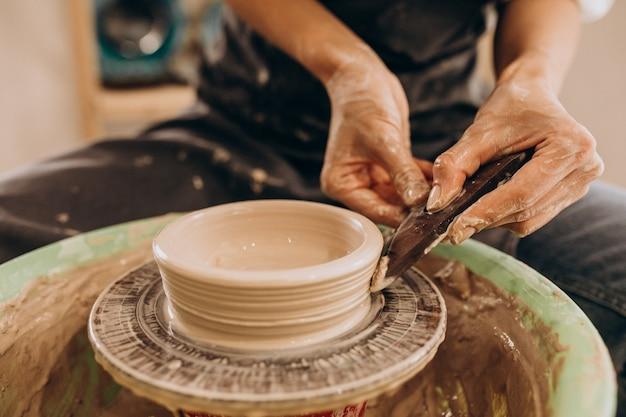 Handwerksmeisterin in einem töpfergeschäft