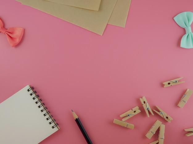 Handwerkswerkzeug auf rosa hintergrund