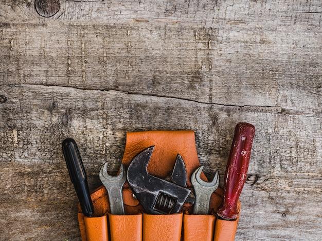 Handwerkzeuge auf dem tisch liegen