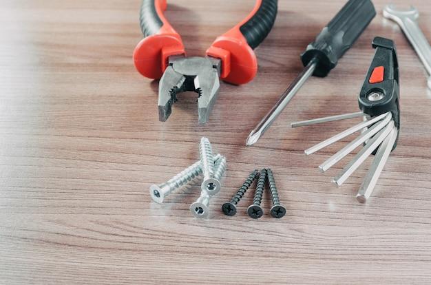 Handwerkzeuge auf einer holztischwerkzeugrenovierung