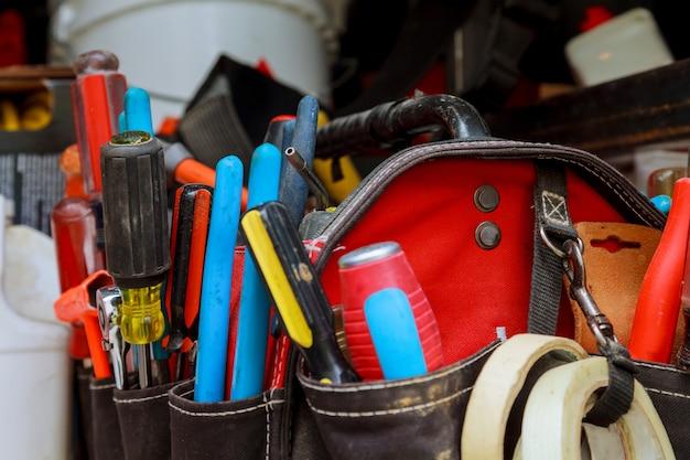 Handwerkzeuge in werkzeugtasche in zubehör gebaut