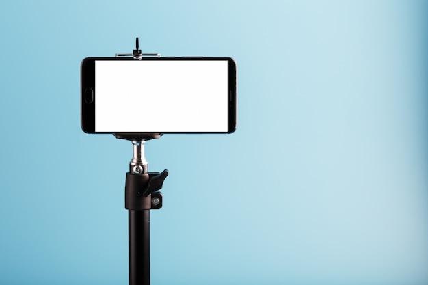 Handy auf einem stativ mit einem klaren weißen display