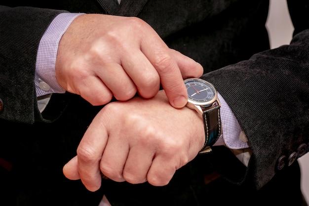 Handy in den händen eines geschäftsmannes. mann mit smartphone im büro