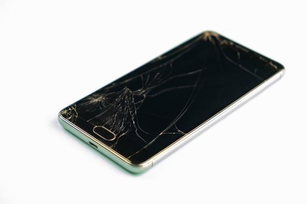 Handy mit defektem schwarzem bildschirm, draufsicht. beunruhigter schädigender smartphone im hellgrünen hintergrund, flache schärfentiefe