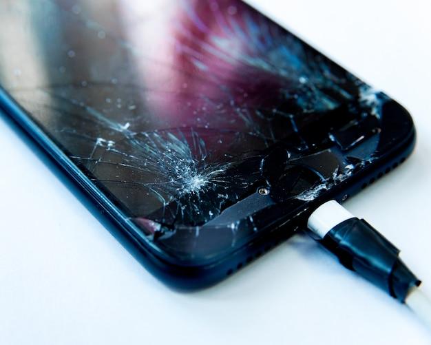 Handy mit dem bildschirm von einem hammer zerbrochen. reparaturkonzept ohne garantie.