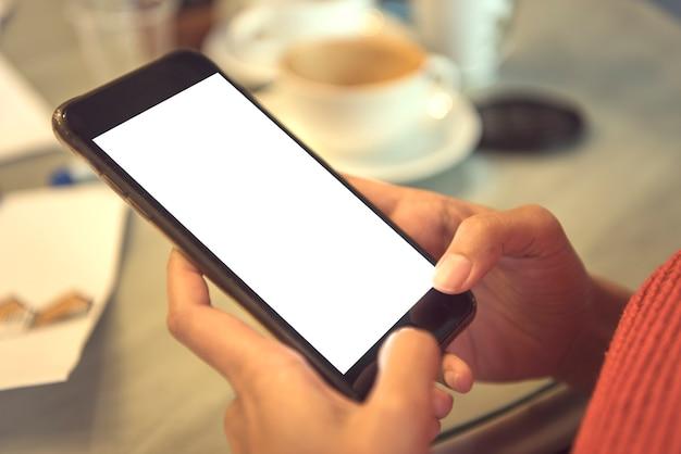 Handy mit leeren weißen bildschirm im café verwenden