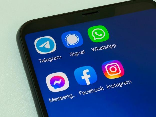 Handy mit signal messenger-, telegram-, whatsapp-, instagram-, facebook- und messenger-anwendungen